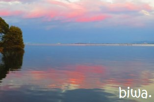 空の色が湖に