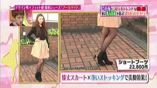 膝丈スカート×薄いストッキングで美脚効果