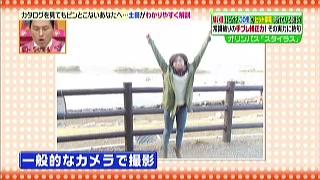 一般的なカメラでジャンプした女性を撮影
