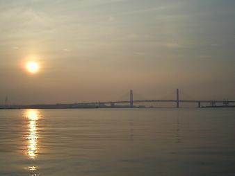 33 ベイブリッジと朝陽.JPG