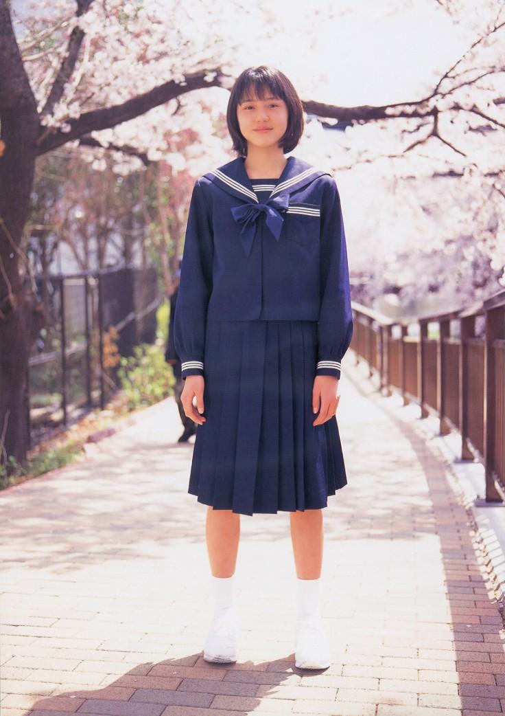 桜並木の下 セーラー服の長澤まさみ