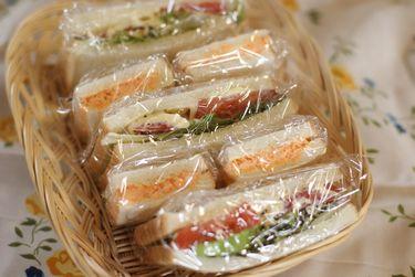 サンドイッチと果物