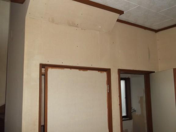 ゴミ屋敷の壁紙を剥がす