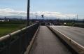 道路標識と鉄塔の間に…