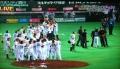よろこぶソフトバンク選手たちと抗議する阪神監督