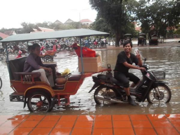昨年の洪水の日のトゥクトゥク