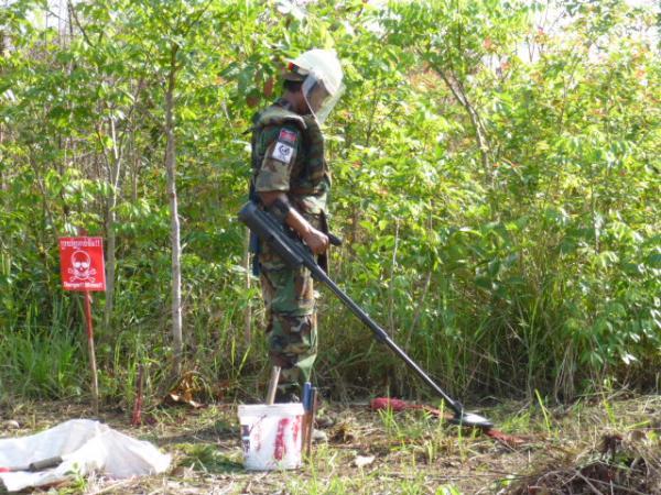 地雷探知機を使っての作業