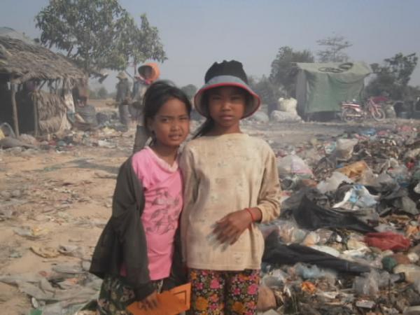 ゴミ山で暮らす子供たち