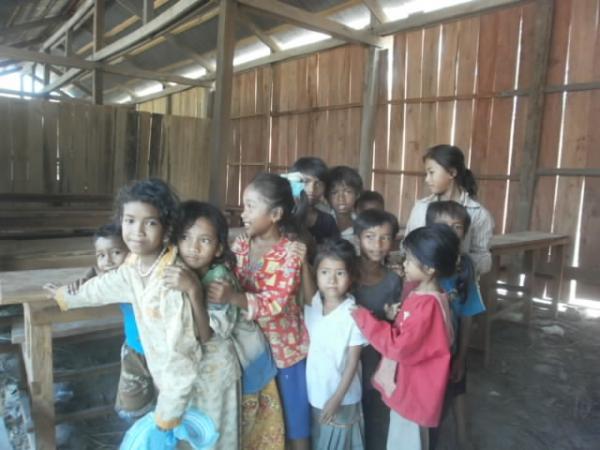 アキラさんが建てた学校の子供たち