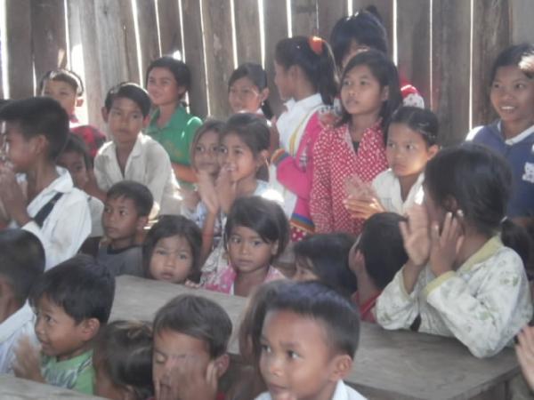 アキラさんが建てた学校の子供たち2