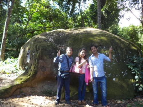 象の岩の前