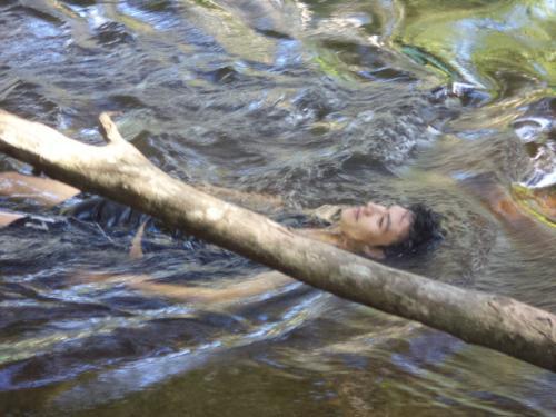 聖水で身を清めるメイン