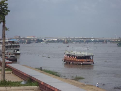 トンレサップ河とカンボジア日本友好橋