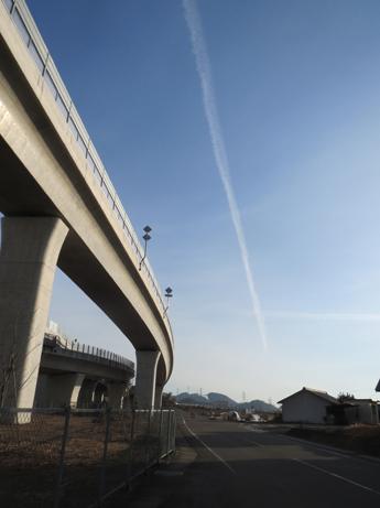 2013 1 6高速と飛行機雲1