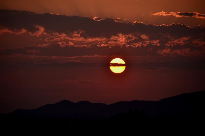今日の夕陽 一筋の雲