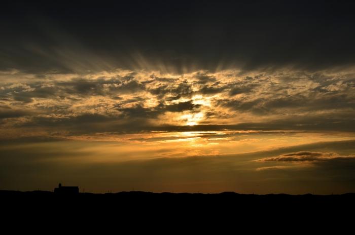 今日の夕陽 雲間に射す-1