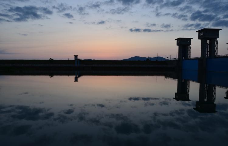 今日の夕陽 水面-4