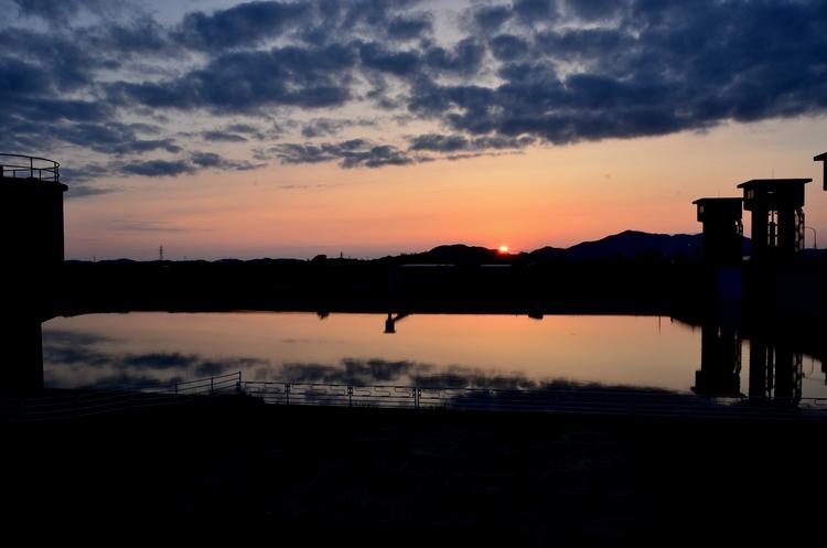 今日の夕陽 水面-1