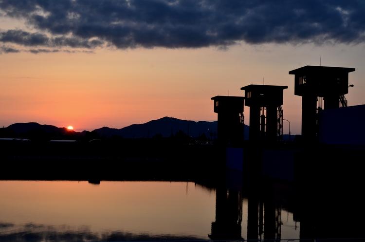 今日の夕陽 水面-2
