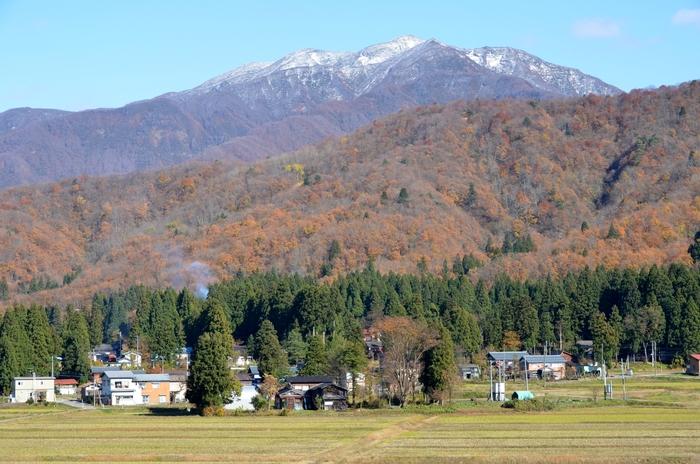 晩秋の山里 冠雪-2