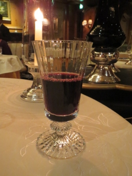 コースにセットされたオリジナルの赤ワイン