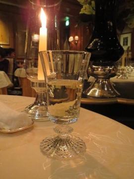 コースにセットされたオリジナルの白ワイン