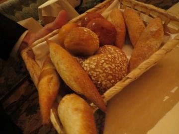 温かいパンはカゴで