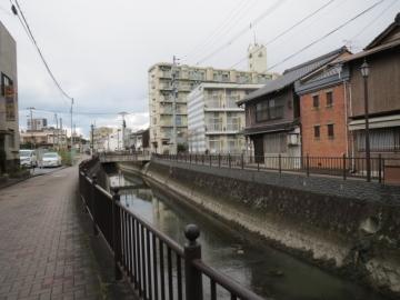 お店の前は堀川