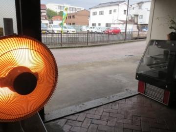寒くなりましたね~。店内から外を見て