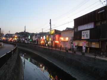 夕暮れの堀川沿い。餃子兄弟はこの中に