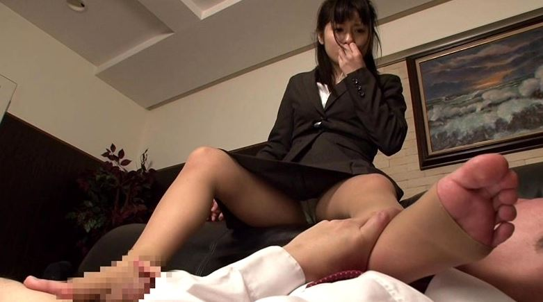 就職活動中のリクルートスーツを着た女子大生の蒸れたストッキング 2のサンプル脚フェチDVD画像5