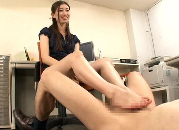 痴女OLの稲川なつめが多種タイツで足コキ&着衣SEXのサンプル足フェチDVD画像6