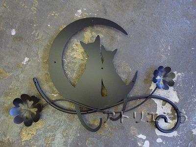 猫2匹+月+クローバー妻飾り