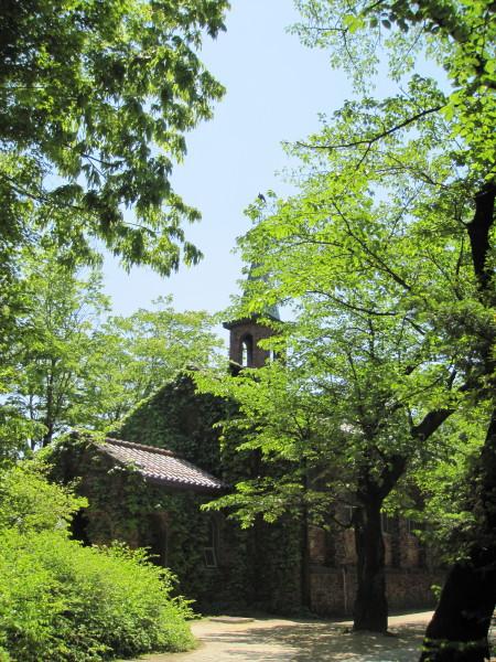 緑に映える碌山美術館