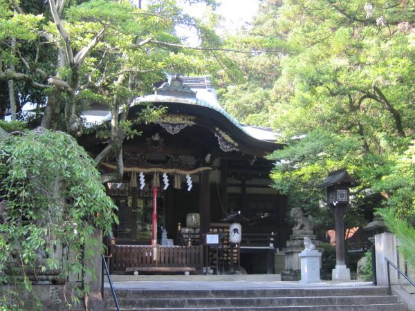 緑濃い岡崎神社