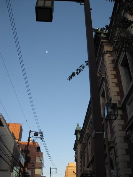 朝の名残の月