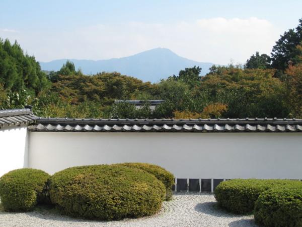 お庭と比叡山の借景