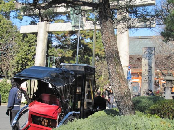 八坂神社の鳥居と人力車