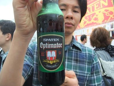 オクトバーフェストでドイツのビールを飲む
