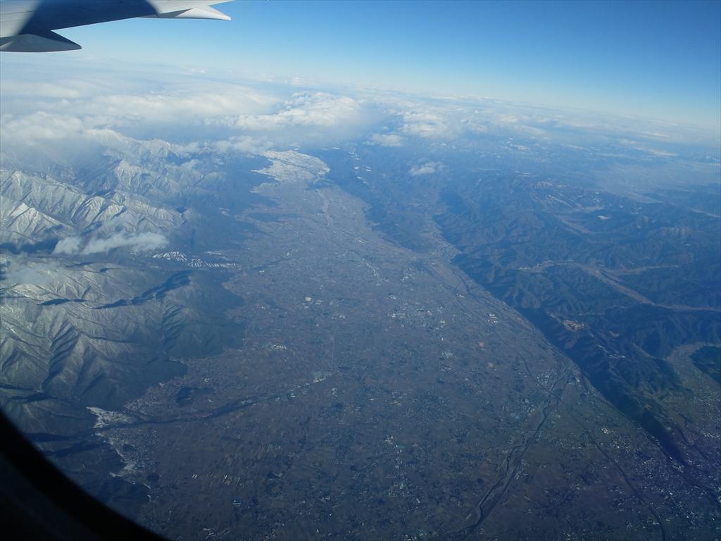 平地が広がっているが急峻な山々がすぐ迫っている_1