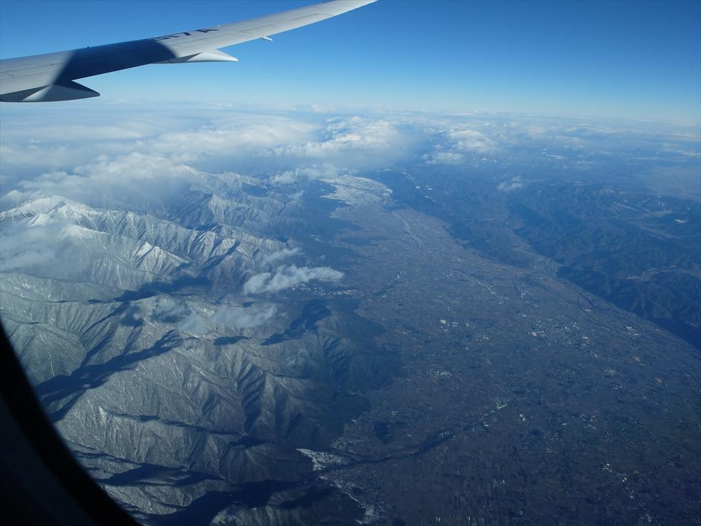 平地が広がっているが急峻な山々がすぐ迫っている_2
