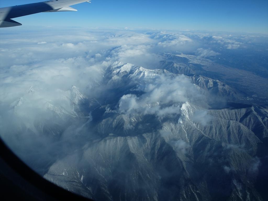 平地が広がっているが急峻な山々がすぐ迫っている_5