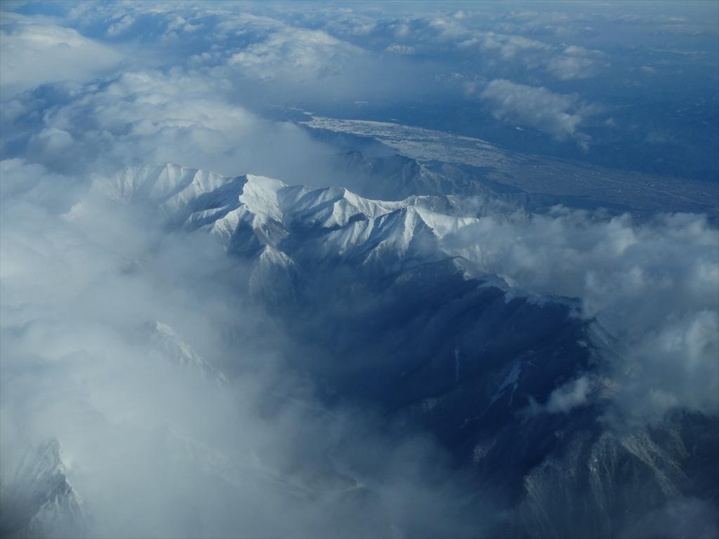 平地が広がっているが急峻な山々がすぐ迫っている_7