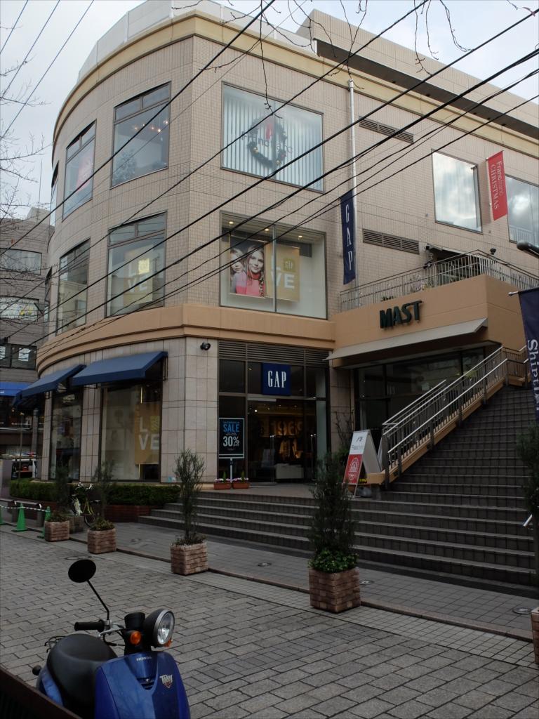 >遊歩道沿いに有名店が建ち並ぶ_2