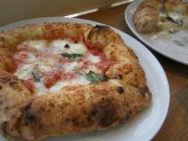 トマトとチーズのピザ