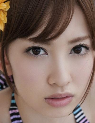 太い眉毛が特徴的な小嶋陽菜