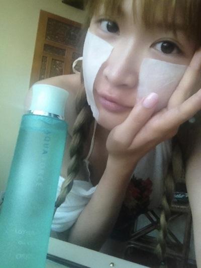 アクアフォースを使って化粧水パックをする紗栄子
