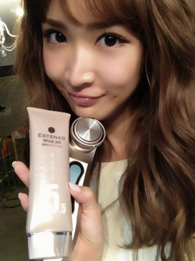 美顔器を持つ紗栄子