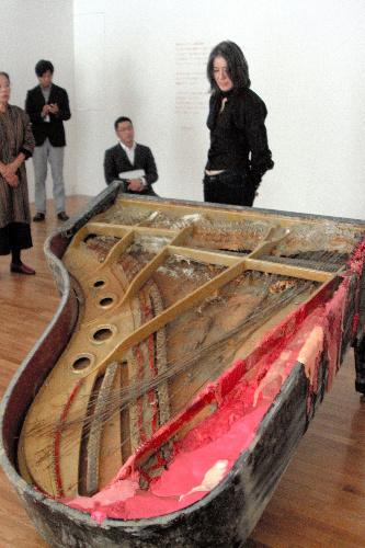 口紅を施した被災後のピアノを400