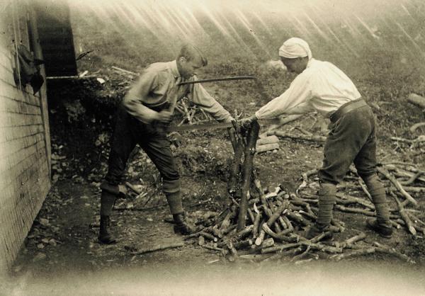 ハイデッガー(右)と弟子の一人ハンス・ゲオルグ・ガダマー(左)1923年当時のトートナウベルクの山荘にて